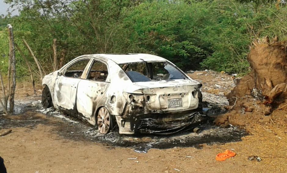 El auto de modelo reciente fue quemado con una persona en su interior. (Foto: Facebook/Noticias de Oriente)