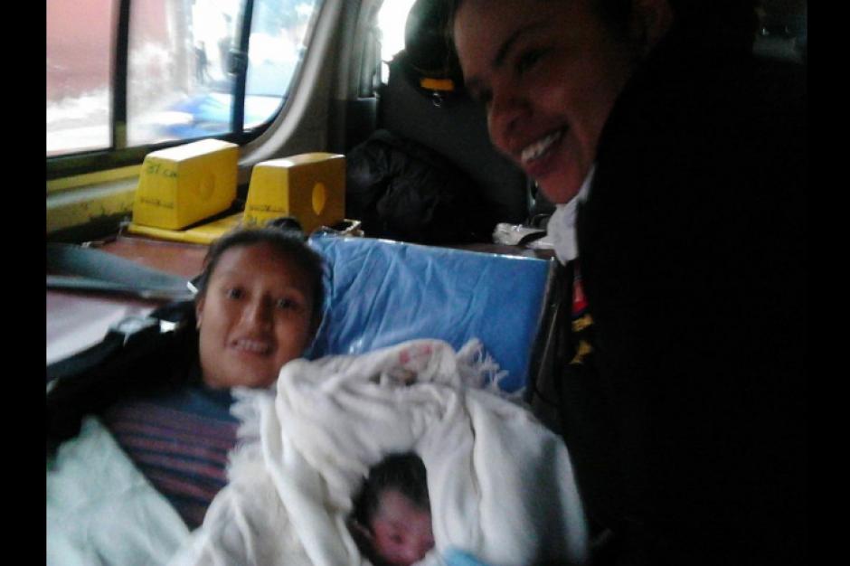 La joven mujer dio a luz en la vía pública y fue atendida por los Bomberos Voluntarios. (Foto: Bomberos Voluntarios)