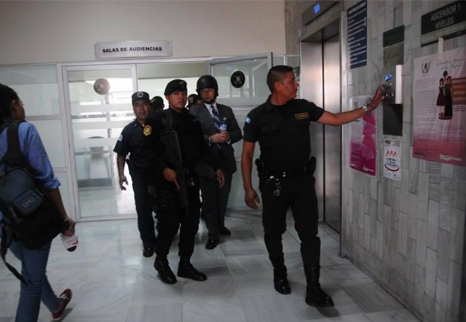 González fue llevado a la Torre de Tribunales con un fuerte dispositivo de seguridad. (Foto: Alejandro Balán/Soy502)