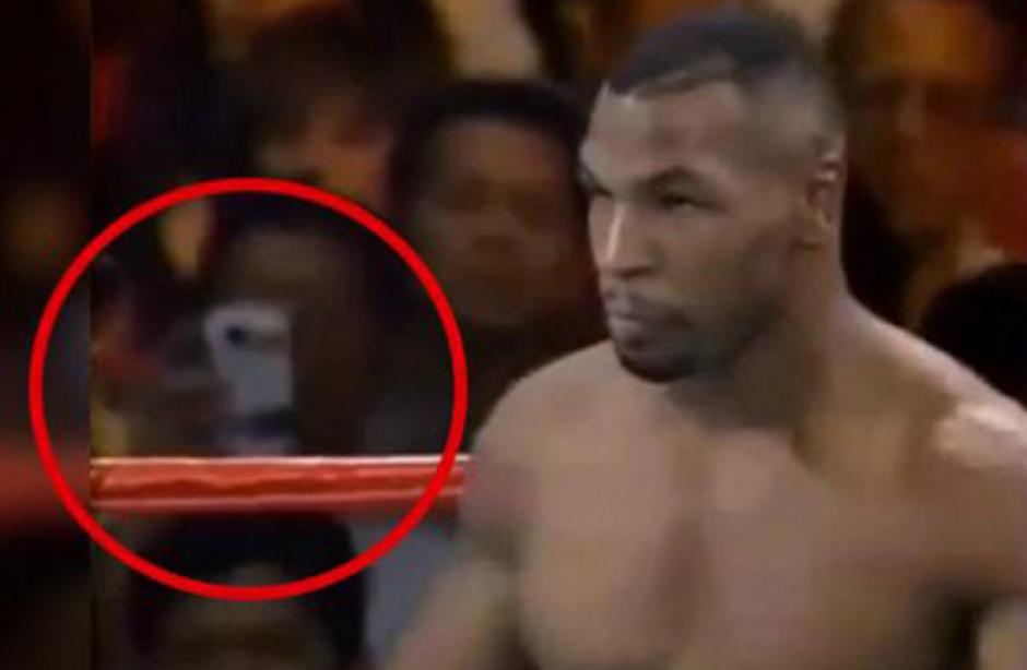 """Un """"viajero del tiempo"""" fue captado durante una pelea de Mike Tyson, o al menos eso creen muchas personas en redes sociales"""