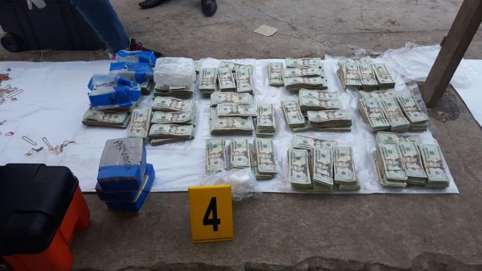 El conteo de dinero llevó varias horas. (Foto: PNC)