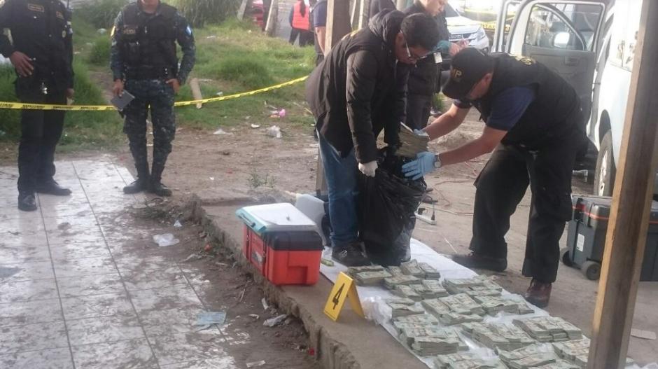 La Policía Nacional Civil y el Ministerio Público contabilizaron los dólares. (Foto: PNC)