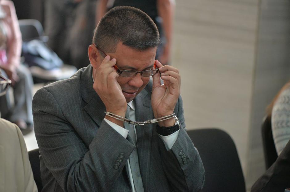"""""""Chico Dólar"""" incluso se colocó los anteojos para dar lectura a la cita recomendada por su abogada. (Foto: Wilder López/Soy502)"""