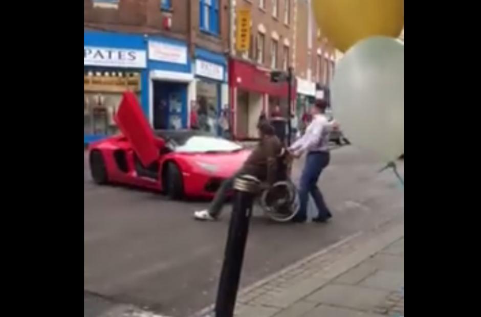 El hombre no deja pasar al Lamborghini en las calles de Inglaterra. (Foto: Captura de Facebook)