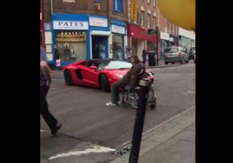 Al ser removido el hombre de la silla de ruedas se vuelve a colocar enfrente del auto. (Foto: Captura de Facebook)