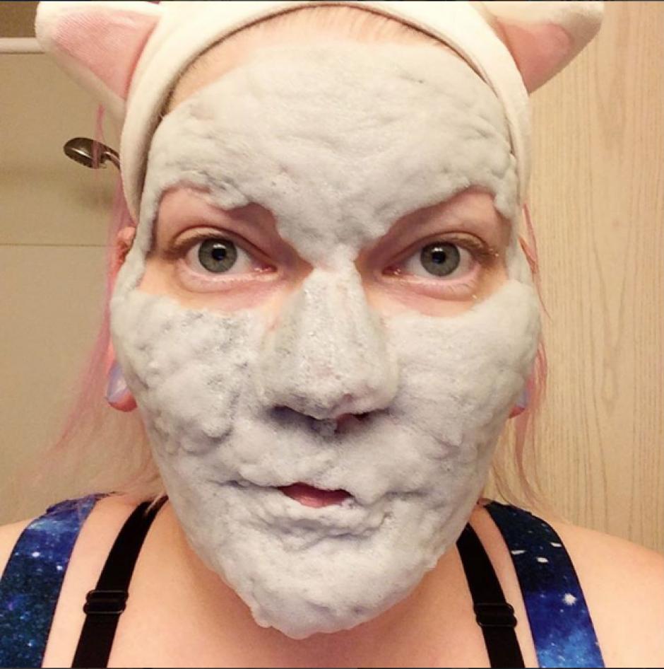 La nueva tendencia consiste en aplicarse una mascarilla que se vuelve espuma y tomarse una foto. (Foto: Instagram)