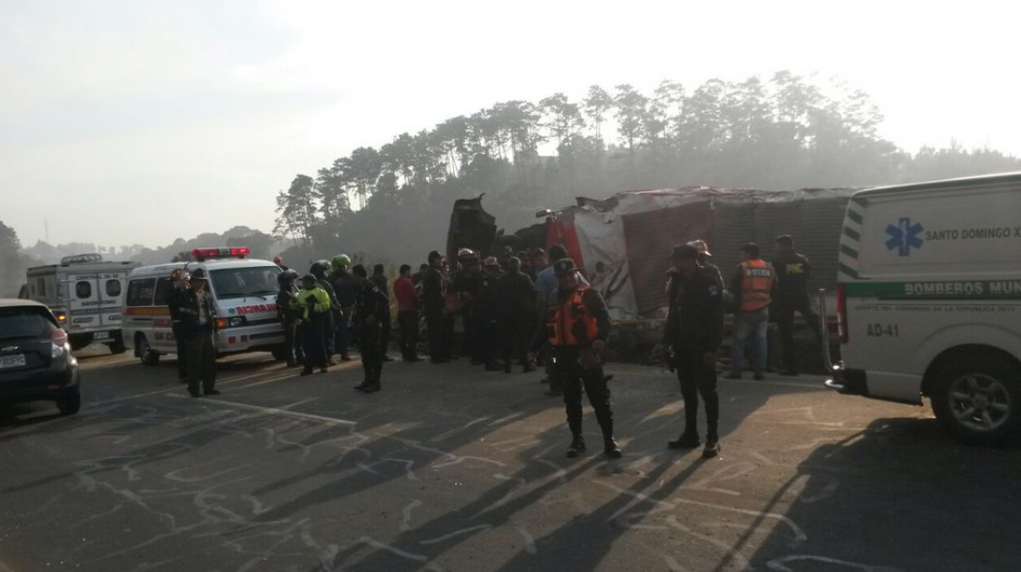 Según la PNC, el bus se conducía a excesiva velocidad, lo cual provocó el accidente. (Foto: Tránsito PNC)