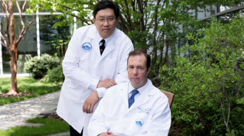 Dos de los médicos que participaron en la cirugía de trasplante de pene. (Foto: www.infobae.com)