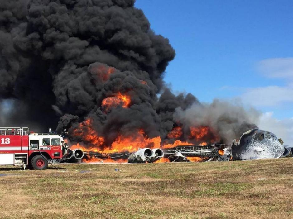 El avión se incendió al despegar y los siete tripulantes que iban en él sobrevivieron. (Foto: Twitter, Guamnews)