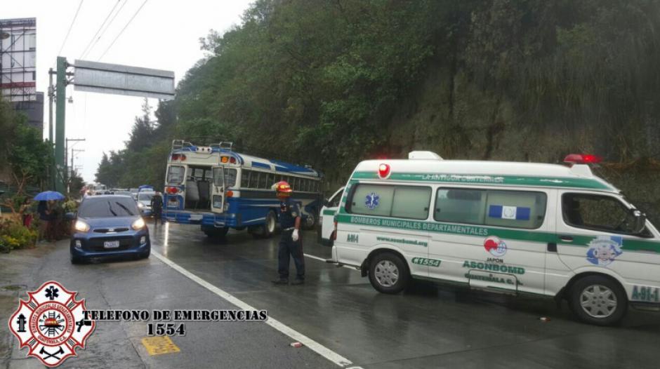 El bus derrapó en la carretera que conduce a Antigua Guatemala. (Foto: Twitter/Bomberos Departamentales)