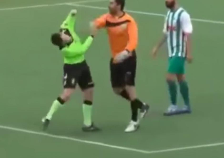 Un árbitro fue agredido físicamente tras marcar un penal