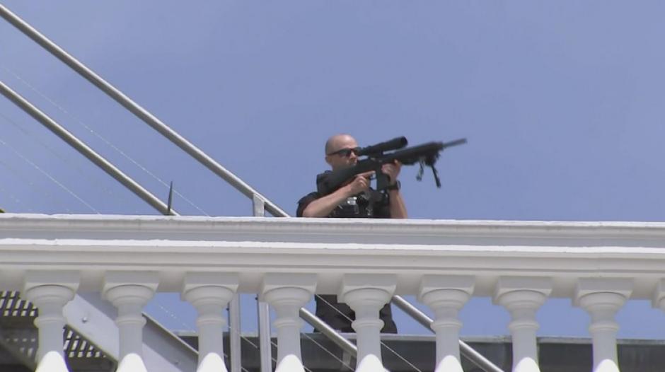 Personal del Servicio Secreto permanece alerta en diversas partes del complejo. (Foto: Twitter/@Breaking911)