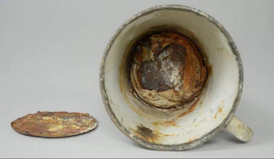 El tesoro fue encontrado en un compartimiento oculto de la taza. (Foto: Museo de Auschwitz)