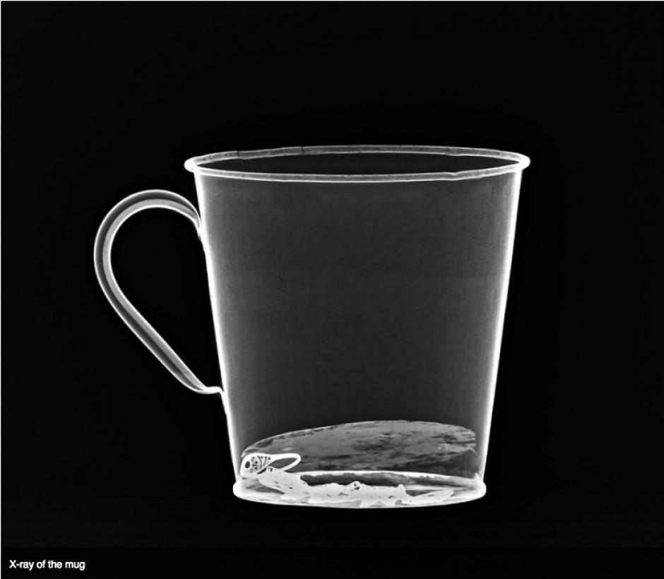Imagen de rayos X revela el doble fondo de la taza. (Foto: Museo de Auschwitz)
