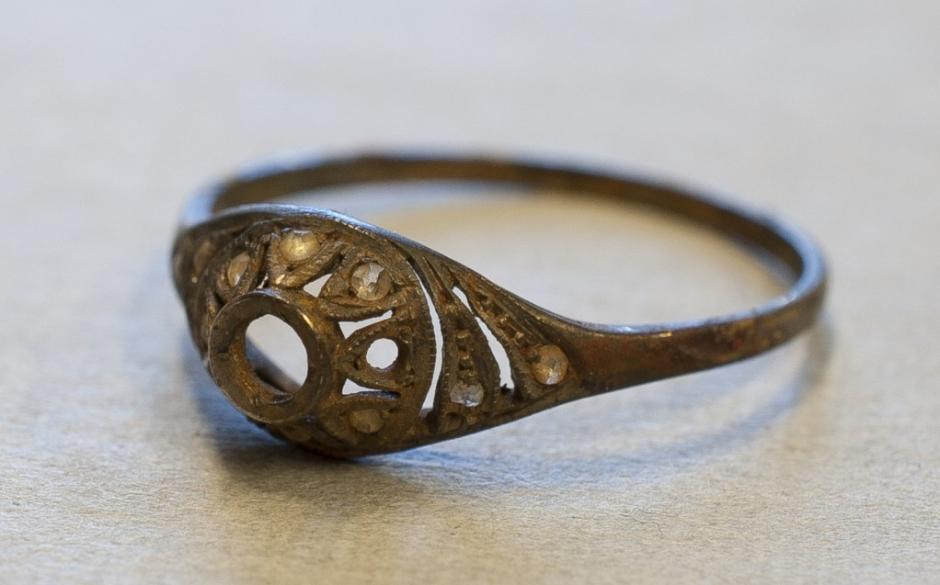 Un anillo de oro también permanecía oculto en la taza. (Foto: Museo de Auschwitz)