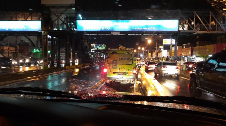Algunos reportaron que pasaron hasta tres horas atrapados en las congestionadas vías. (Foto: Twitter)
