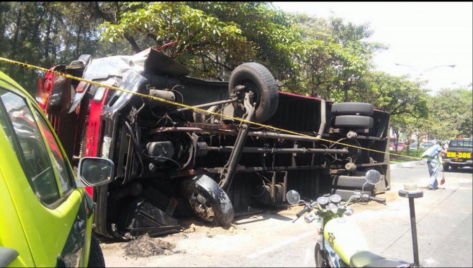 El accidente provocó el cierre del paso vehicular en el lugar. (Foto: Twitter/Bomberos Municipales)