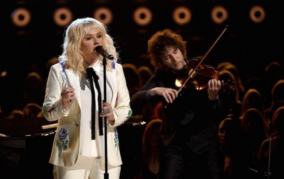 "Kesha quien mostró un look peculiar interpretó una versión de ""It Ain't Me Babe"", de Bob Dylan. (Foto: Twitter/@BBMAs)"