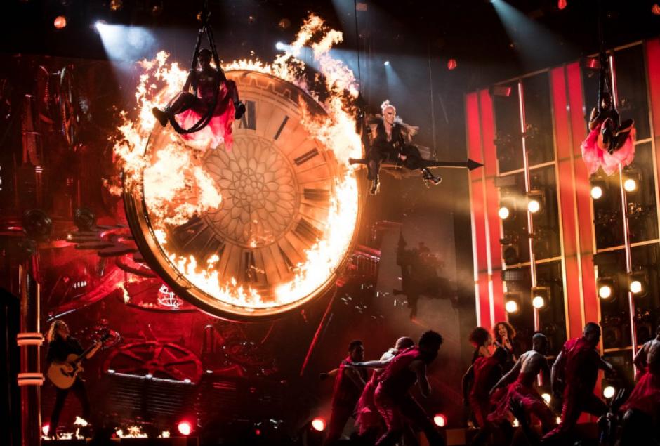 Pink prendió el escenario, literalmente con su interpretación. (Foto: Twitter/@BBMAs)