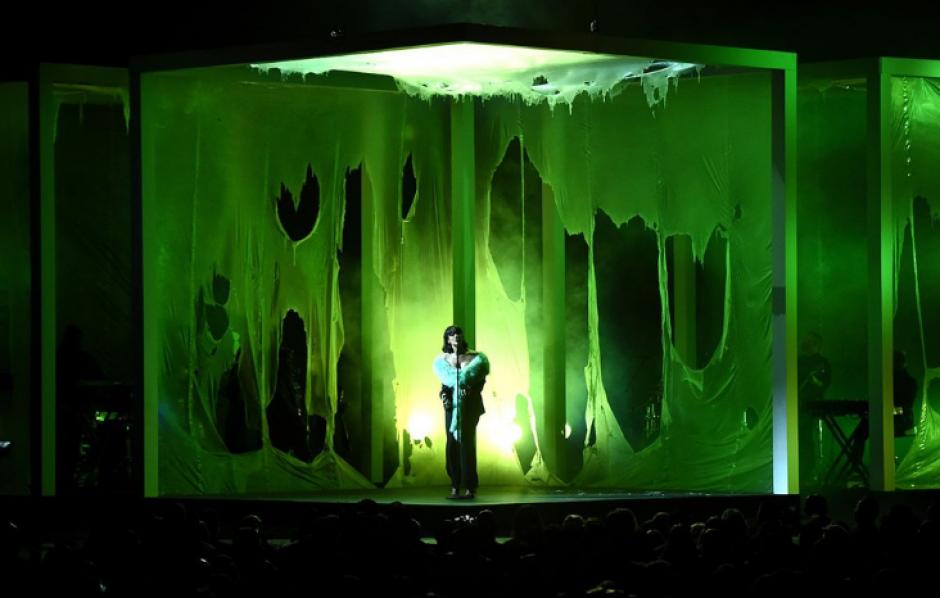 "Con un diseño peculiar, Rihanna interpretó su tema ""Love On The Brain"". (Foto: Twitter/@BBMAs)"