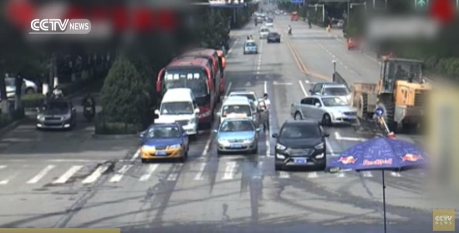 Da varias vueltas en el mismo punto ante la mirada de la Policía. (Foto: Captura de YouTube)