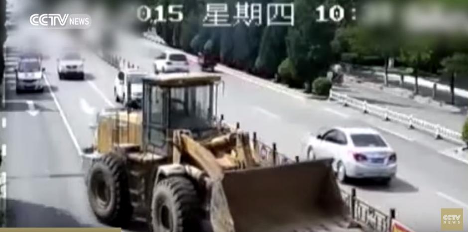 El gran vehículo arrolla a un motorista. (Foto: Captura de YouTube)