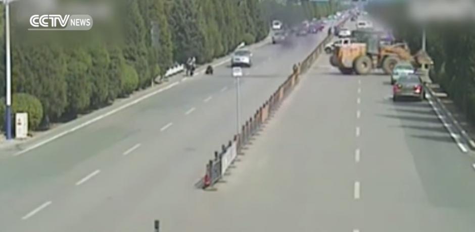 Finalmente la policía logra detener al conductor. (Foto: Captura de YouTube)
