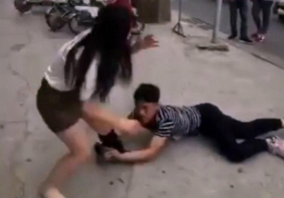 Un joven chino fue el hazmereír de todos al arrastrarse para pedirle a su exnovia que volvieran