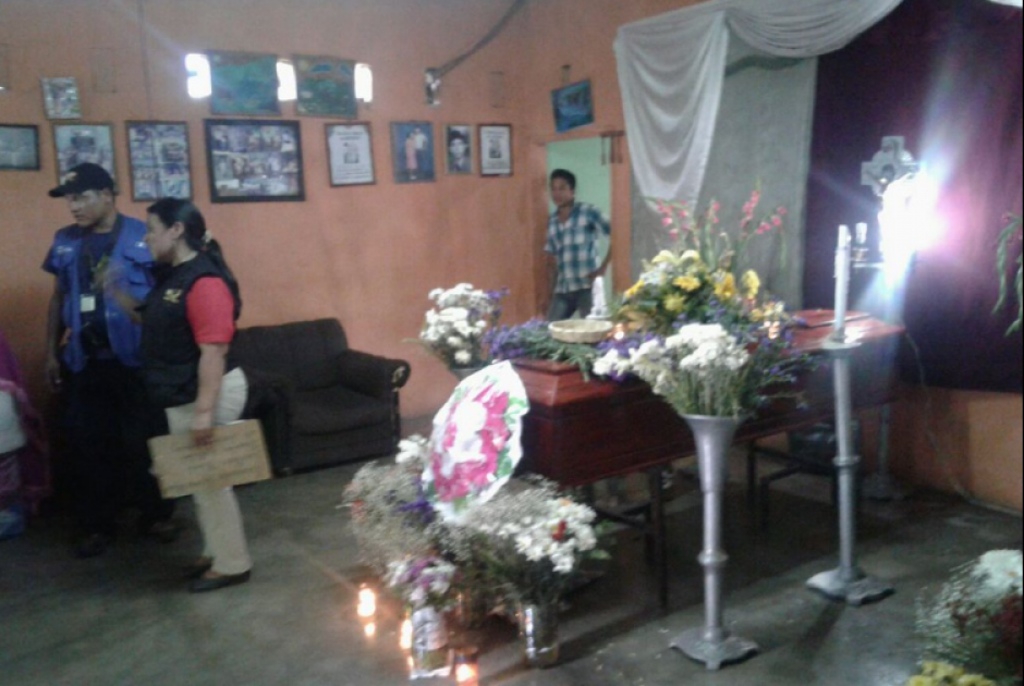 Fiscales del Ministerio Público trabajaron en la escena para llevarse el cadáver.  (Foto: PNC)