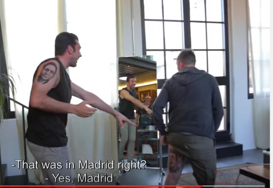 Gianluigi Buffon observa soprendido como un seguidor se hizo un tatuaje en su honor. (Foto: Captura youtube)