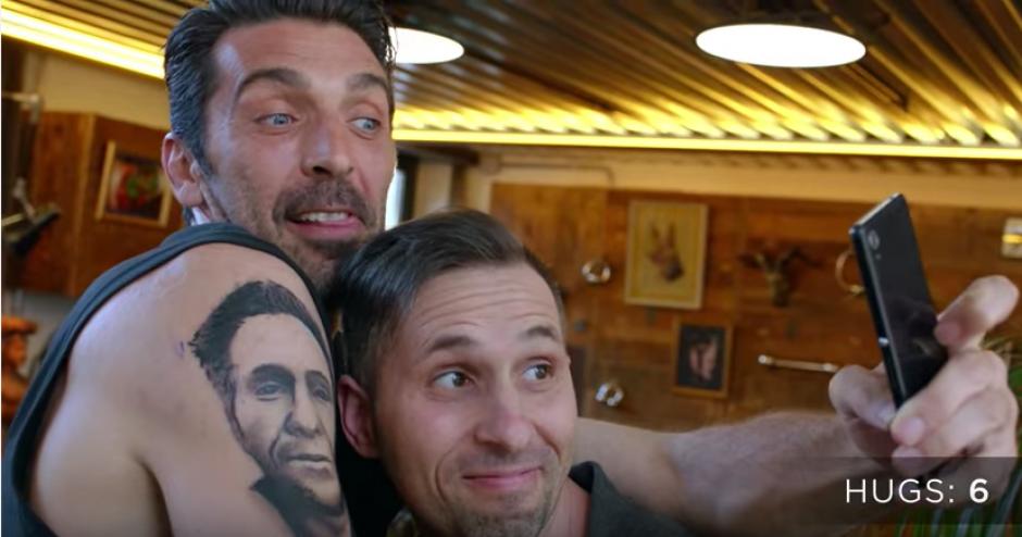 La historia terminó con una selfie y una amistad de ídolo y fanático. (Foto: Captura youtube)