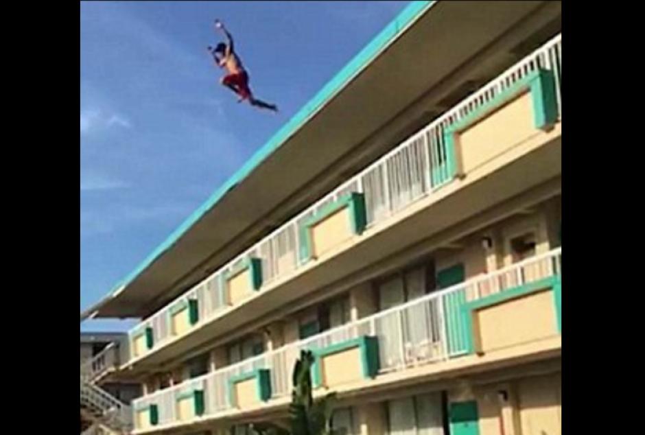 El hombre se lanzó desde lo alto del hotel a la piscina. (Foto: dailymail.co.uk)