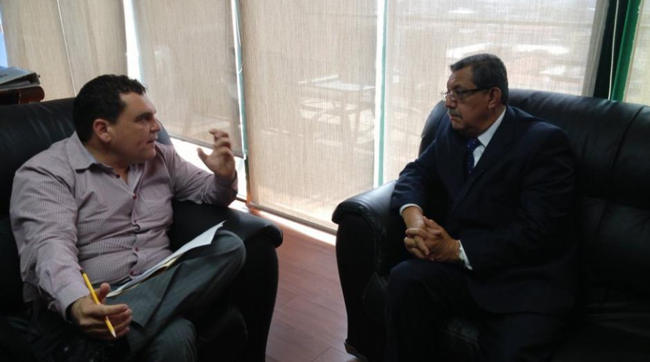 El diputado Boris España se reúne con el exmagistrado Rogelio Zarceño quien aspira a regresar a la CSJ. (Foto: José Miguel Castañeda/Soy502)
