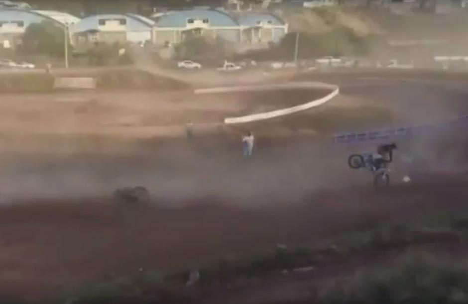 Instantes después la pista se convirtió en un caos, cuando los demás competidores, al no poder evadir la moto accidentada, se estrellan. (Foto: Captura de Pantalla/Youtube)