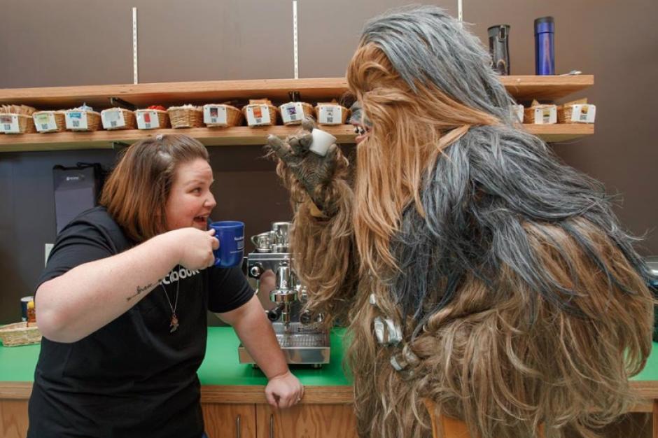 La mujer compartió con el famoso Chewbacca. (Foto: Facebook)