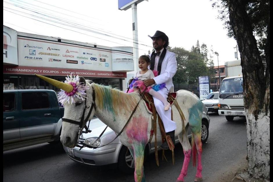 """Los quetzaltecos quedaron sorprendidos de ver un """"unicornio"""" en sus calles. (Foto: Stereo100)"""