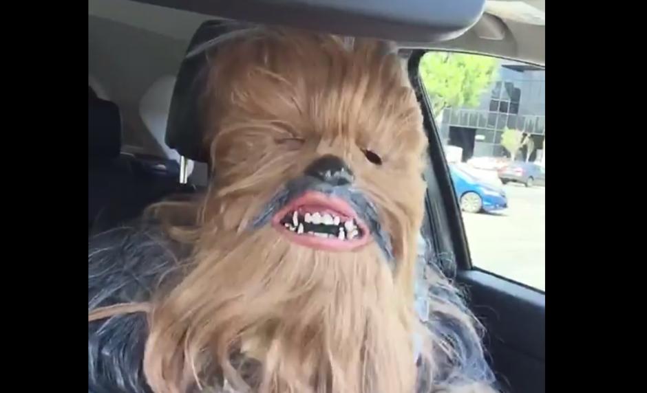 Un hombre disfrazado de Chewbacca respondió a la mujer que se hizo viral. (Foto: Captura de Facebook)