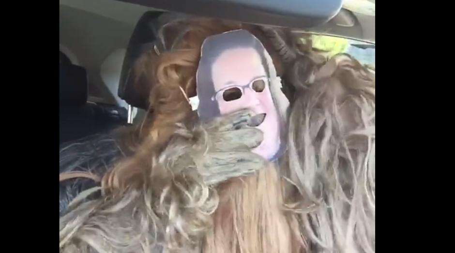 Una máscara de la mujer que se hizo viral fue utilizada en la respuesta. (Foto: Captura de Facebook)