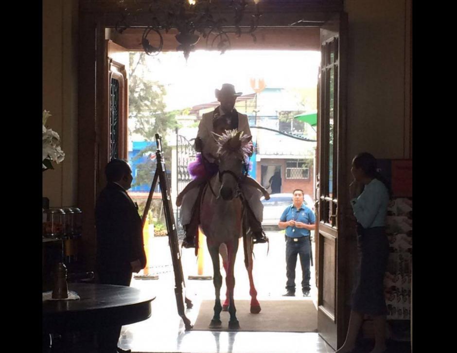 """Sobre el """"unicornio"""" llegaron hasta la puerta del restaurante. (Foto: Restaurante Tertulianos)"""