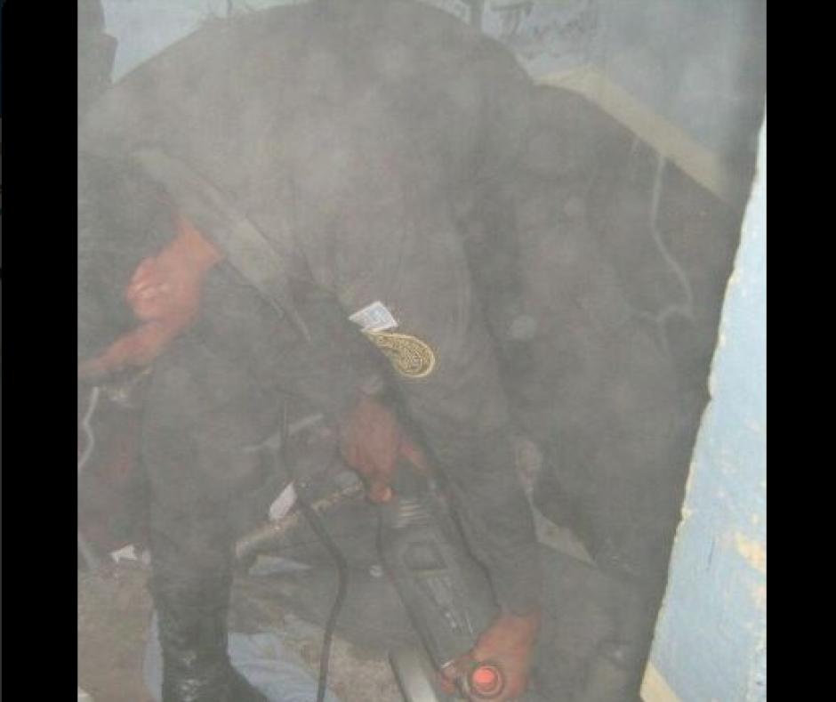 Un guardia penitenciario recoge las herramientas industriales encontradas. (Foto: DGSP)