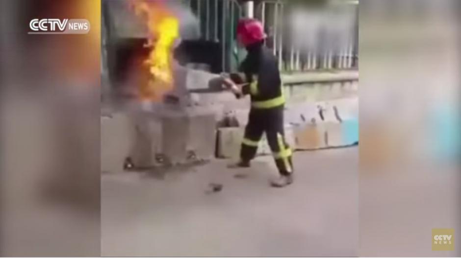 Los bomberos demostraron que con uno de los productos más populares que consume la gente puede ayudar a extinguir los incendios. (Captura YouTube)