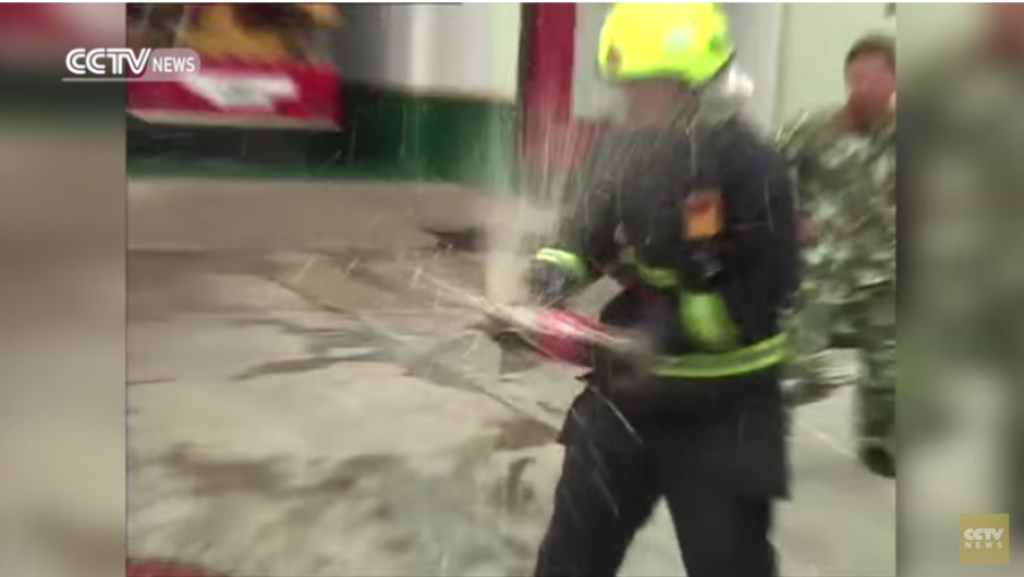 Los bomberos utilizan envases de doble litro para que el efecto sea más potente. (Captura YouTube)