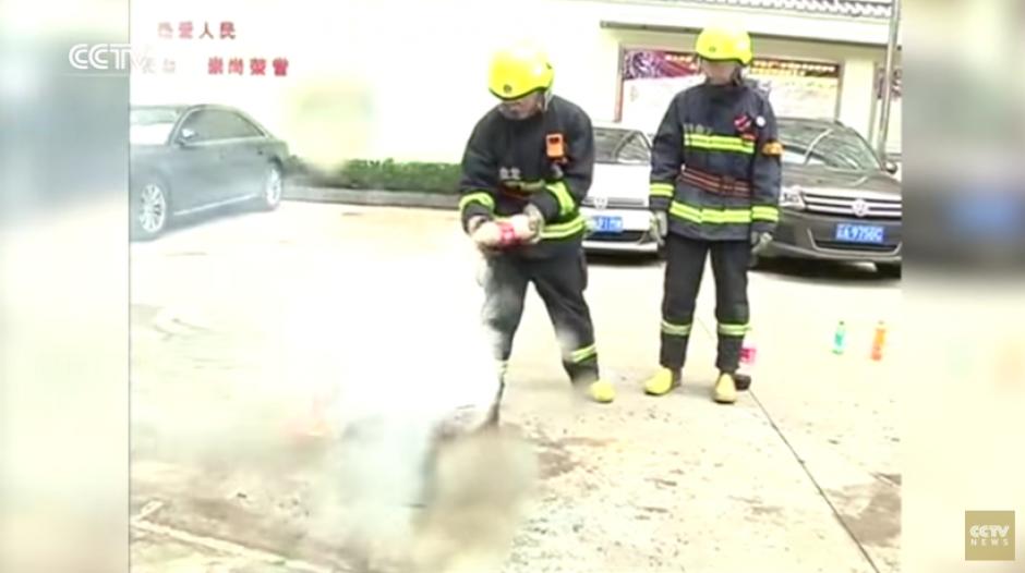 El experimento hace un llamado a las personas para tener otras opciones para apagar los incendios. (Captura YouTube)