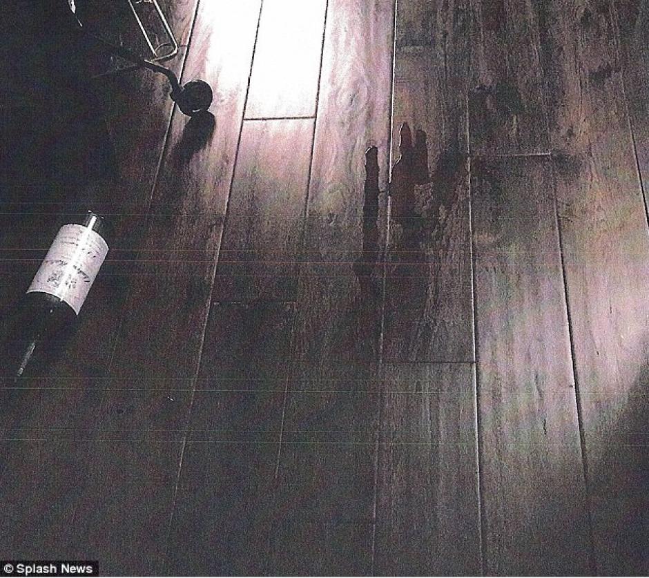 Una de las fotografías muestra una botella de vino derramada por el suelo. (Foto: Splash News)