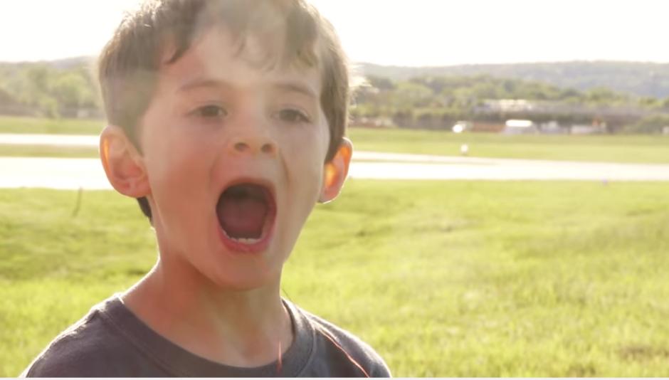 Un niño estaba cansado de un diente flojo y le pidió a su papá que le ayudara a quitárselo. (Captura Youtube)