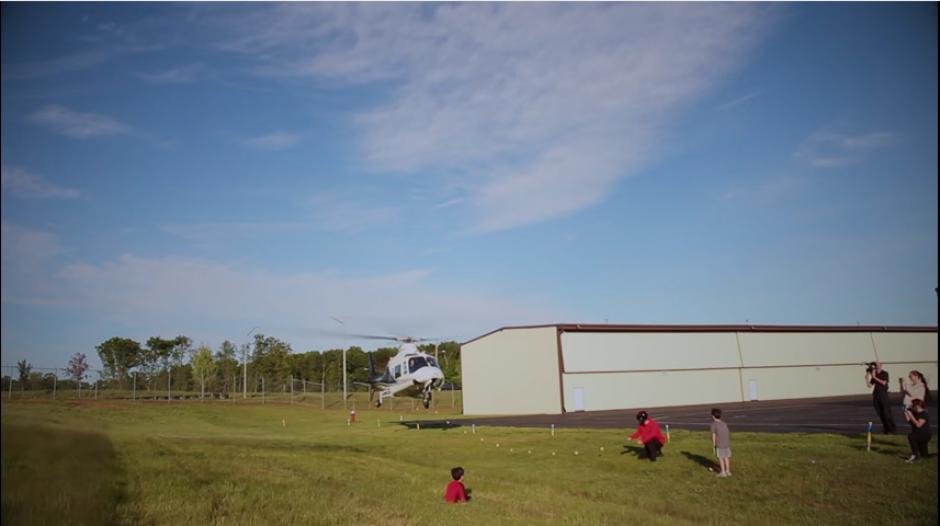 El singular acto lo realizó el padre del niño en una especie de aeropuerto de un pueblo. (Captura Youtube)