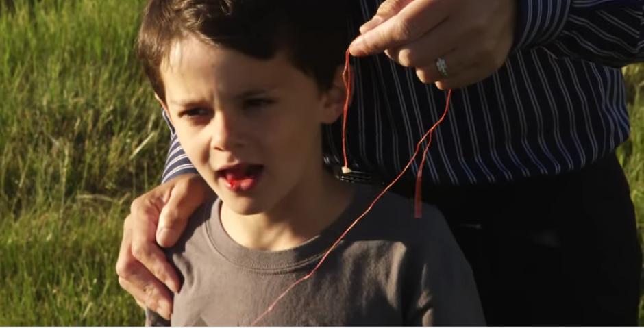 El niño se sintió aliviado luego que le extrajeran el diente. (Captura Youtube)
