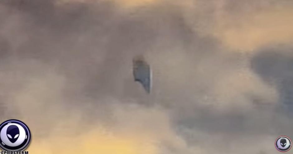 Momentos después desaparece entre las nubes. (Foto: Captura YouTube)