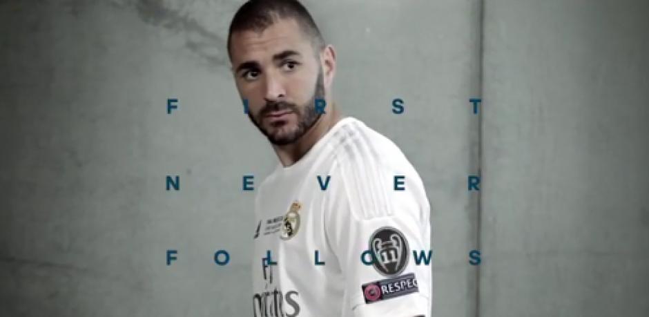 En un promocional de Adidas, Benzema muestra el nuevo parche en la camiseta del Real Madrid. (Foto: Twitter)