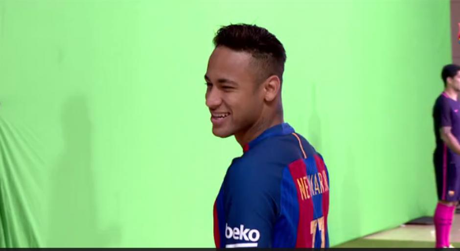 Neymar sonrie en la grabación del video de la nueva camiseta del Barsa. (Foto: Captura video)